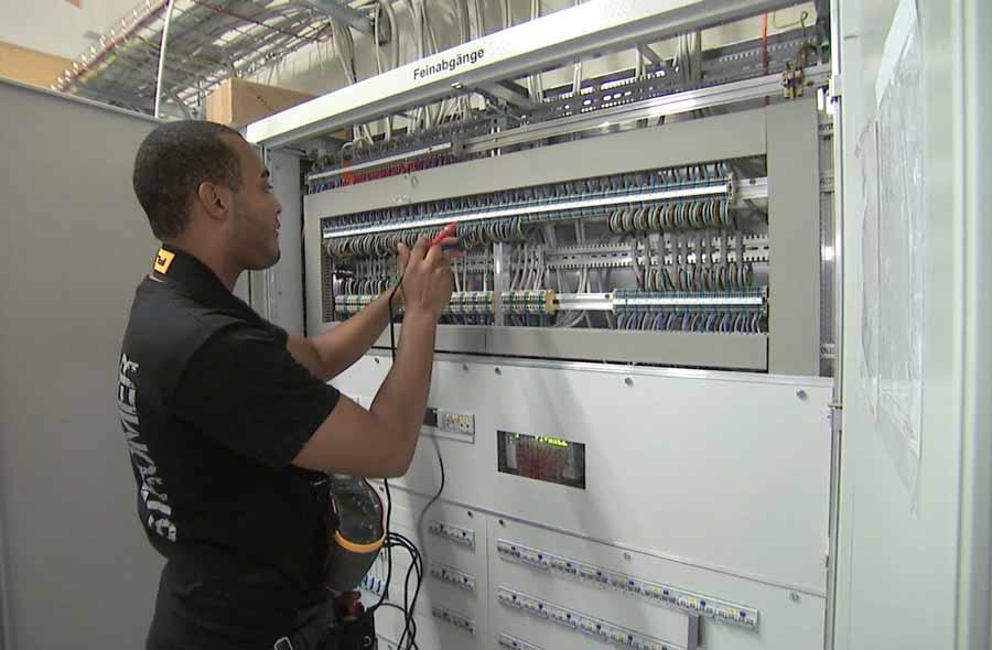 Elektroinstallateur/in EFZ – Film mit Porträt eines Berufstätigen
