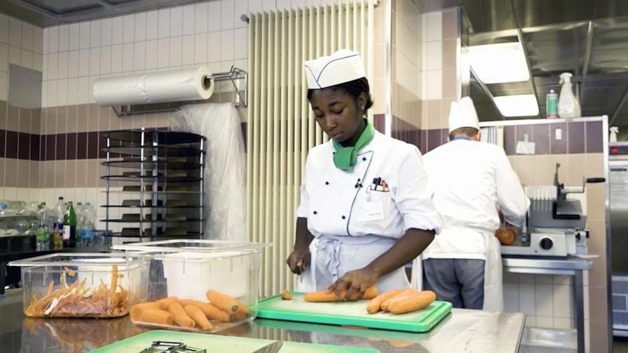 Küchenangestellte/r EBA – Film mit Porträt einer Berufstätigen